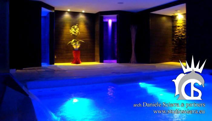 Progetto piscina idromassaggio in cemento armato con mosaico di travertino per un centro benessere