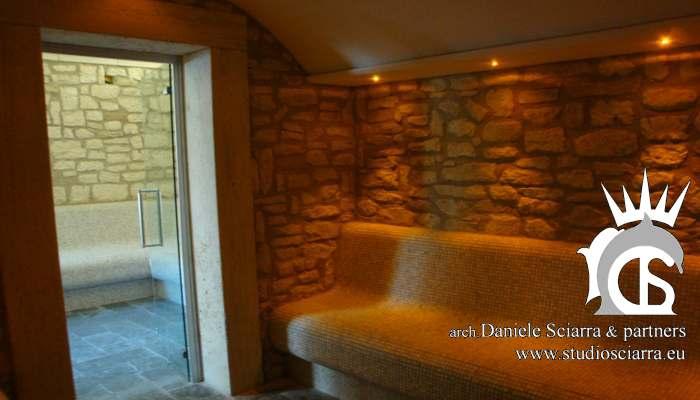 Il calidarium in pietra con le luci a led color ocra