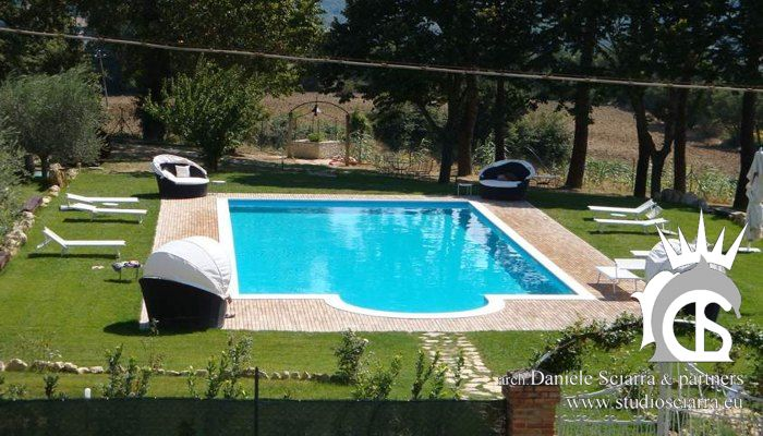 La piscina con scala romana nel parco del castello