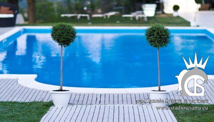 La piscina nel parco del Castello di Montignano