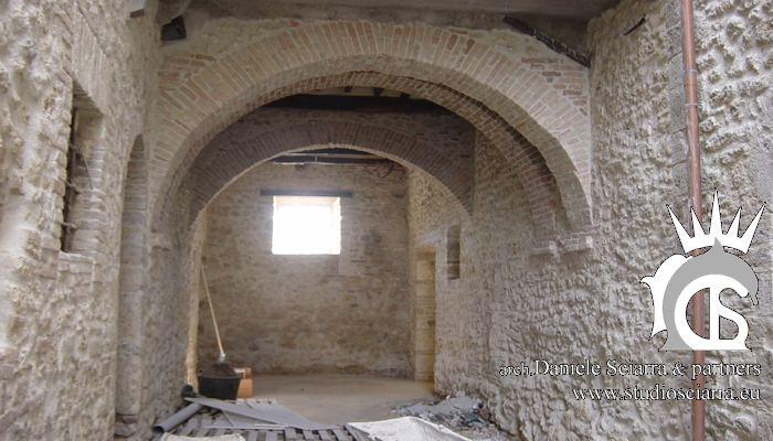 Una delle sale del castello prima dei lavori