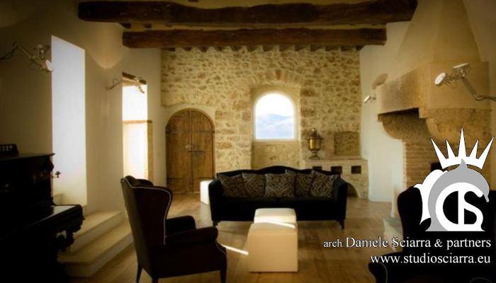 La sala del camino con il pianoforte antico