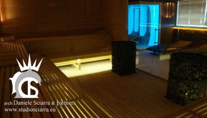 Grande sauna con panche bilivello e doppio bracere