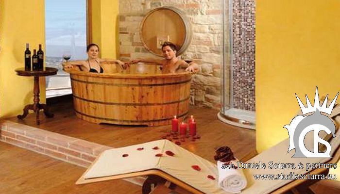 Cabina con il tino di legno per la vinoterapia di coppia