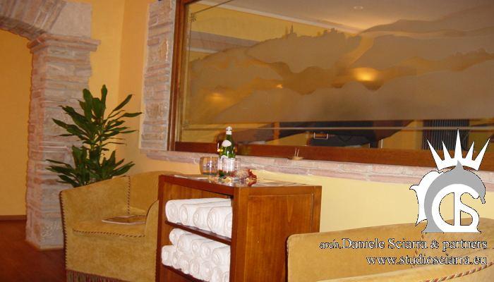 Vetrata nella hall con lo skyline di Todi