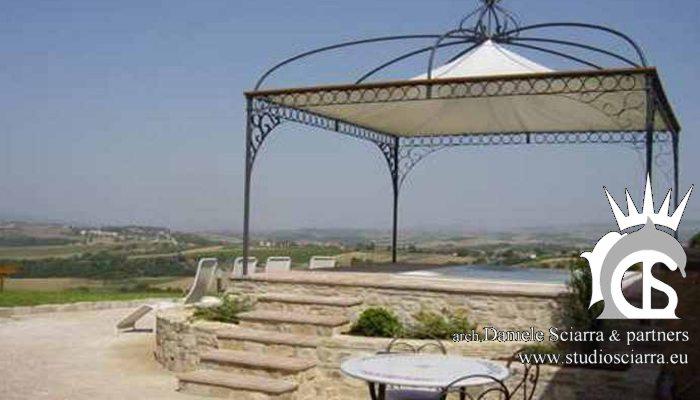 Ambientazione storica per la minipiscina in un podio fiorito - Relais Todini