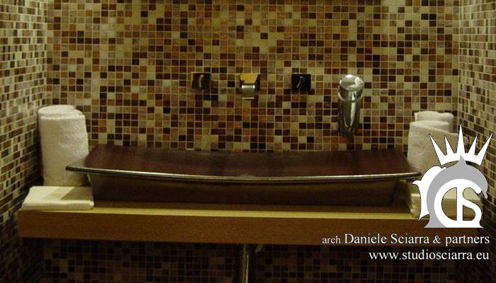 Particolare del lavabo a pagoda negli spogliatoi