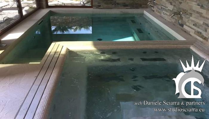 La piscina con il nuoto controcorrente e la piscina idromassaggio
