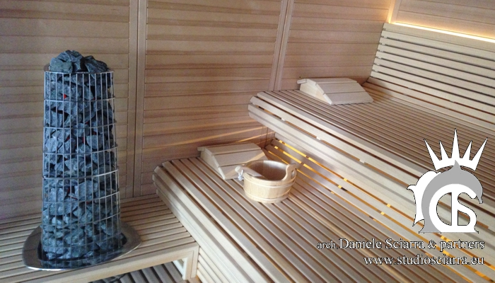 Sauna: Particolare delle panche e del vulcano di calore