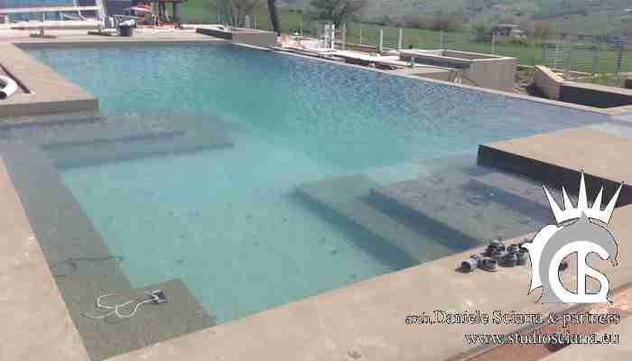 La piscina idromassaggio esterna in fase di realizzazione