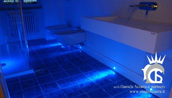 Bagno benessere in corian e led blu
